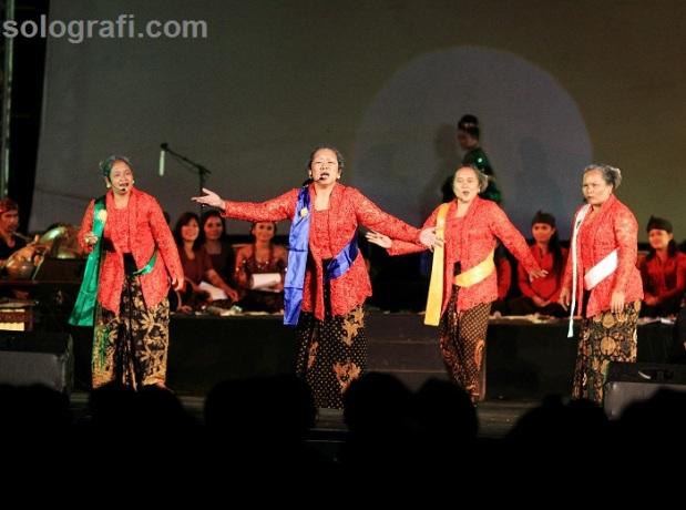 Kelompok tari parodi Sahita dalam Konser Akbar Gamelan di halaman Benteng Vastenburg, Surakarta, Jawa Tengah, Sabtu (15/2)/Ganug Nugroho Adi.