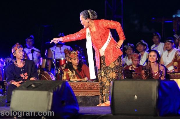 Komposer gamelan Dedek Wahyudi (kiri) dan Inong Wahyu (Sahita) dalam Konser Akbar Gamelan di halaman Benteng Vastenburg, Surakarta, Jawa Tengah, Sabtu (15/2)/Ganug Nugroho Adi.