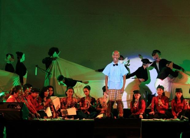 Penampilan koreografer Mugiyono Kasido i dalam Konser Akbar Gamelan di halaman Benteng Vastenburg, Surakarta, Jawa tengah, Sabtu (15/2)/Ganug Nugroho Adi.