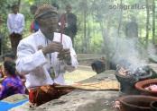 Seorang abdi dalem berdoa di punden hutan Krendawahono, Gondangrejo, Karanganyar, Jawa Tengah, dalam ritual Mahesa Lawung. Ritual digelar Keraton Kasunanan Surakarta, Kamis (27/2)/Ganug Nugroho Adi.