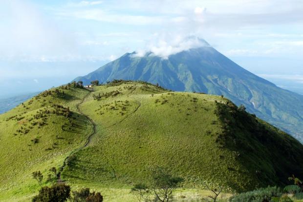 Asap sulfatara keluar dari Gunung Merapi saat difoto dari Sabana 2 Gunung Merbabu, Boyolali, Jawa Tengah Minggu (27/4)