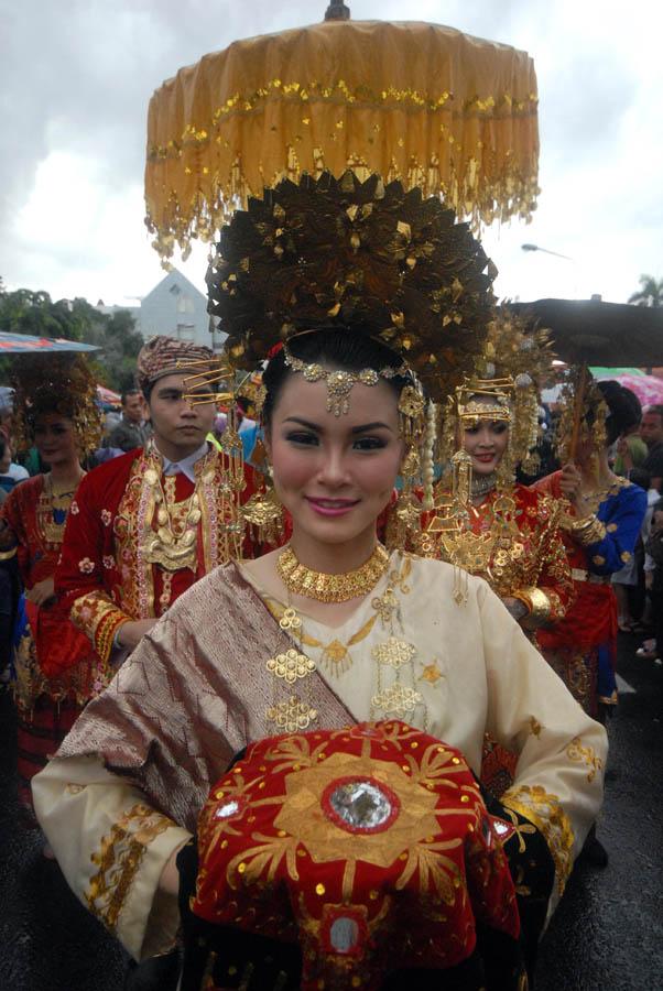Sejumlah peserta mengenakan pakaian adat khas Minangkabau ketika mengikuti Parade Budaya dan Pawai Bunga 2014 di Surabaya, Jawa Timur, Minggu (4/5).