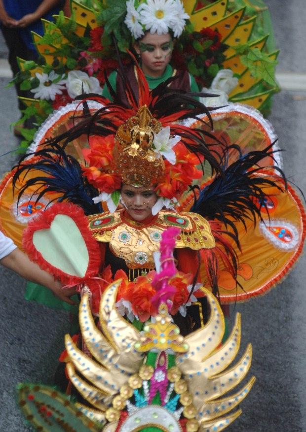 Peserta mengenakan kostum kreasi ketika mengikuti Parade Budaya dan Pawai Bunga 2014 di Surabaya, Jawa Timur, Minggu (4/5)