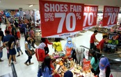 Sejumlah pembeli memilih produk fesyen yang mendapat potongan harga di Matahari Tunjungan Plaza Surabaya, Kamis (1/5)