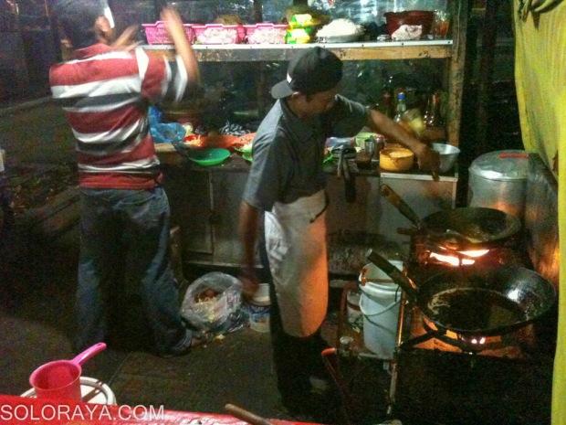 """Pak Jarno """"Koki Cilik"""" memasak makanan pesanan pembeli."""