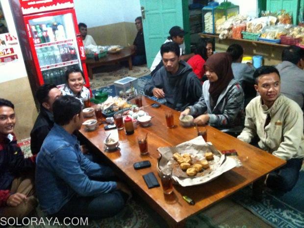 Para pembeli di warung Soto Kwali Bu Zain Tawangmangu (Zezen)