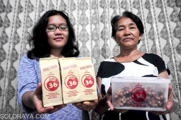 Retno dan Ibunya menunjukkan produk Lenthonya