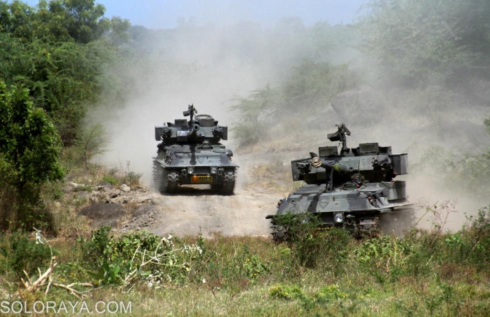 Tank Scorpion Yonkav 8 TNI AD bergerak menuju daerah pertempuran untuk mendukung pergerakan pasukan infanteri di Pusat Latihan Tempur (Puslatpur) Marinir, Asembagus, Situbondo, Jatim, Minggu (1/6). Sebanyak 18 unit tank Scorpion bersama ranpur lain dalam Kompi Mekanis dilibatkan dalam skenario penyerbuan pada Latihan Gabungan TNI 2014. ANTARA FOTO/Joko Sulistyo/nz/14