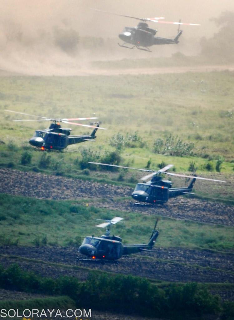 Sejumlah helikopter  bell 412 milik Puspenerbad TNI AD, melakukan mobilisasi udara(mobud) penurunan pasukan di Pusat Latihan Pertempuran (PLP) Marinir-5-Baluran, Asembagus, Situbondo, Jatim, Minggu (01/06). Mobilisasi udara tersebut dilakukan dalam gladi bersih untuk persiapan Latgab 2014 yang dilakukan oleh tiga matra TNI AD, AL dan AU. ANTARA FOTO/Adhitya Hendra/ss/nz/14.