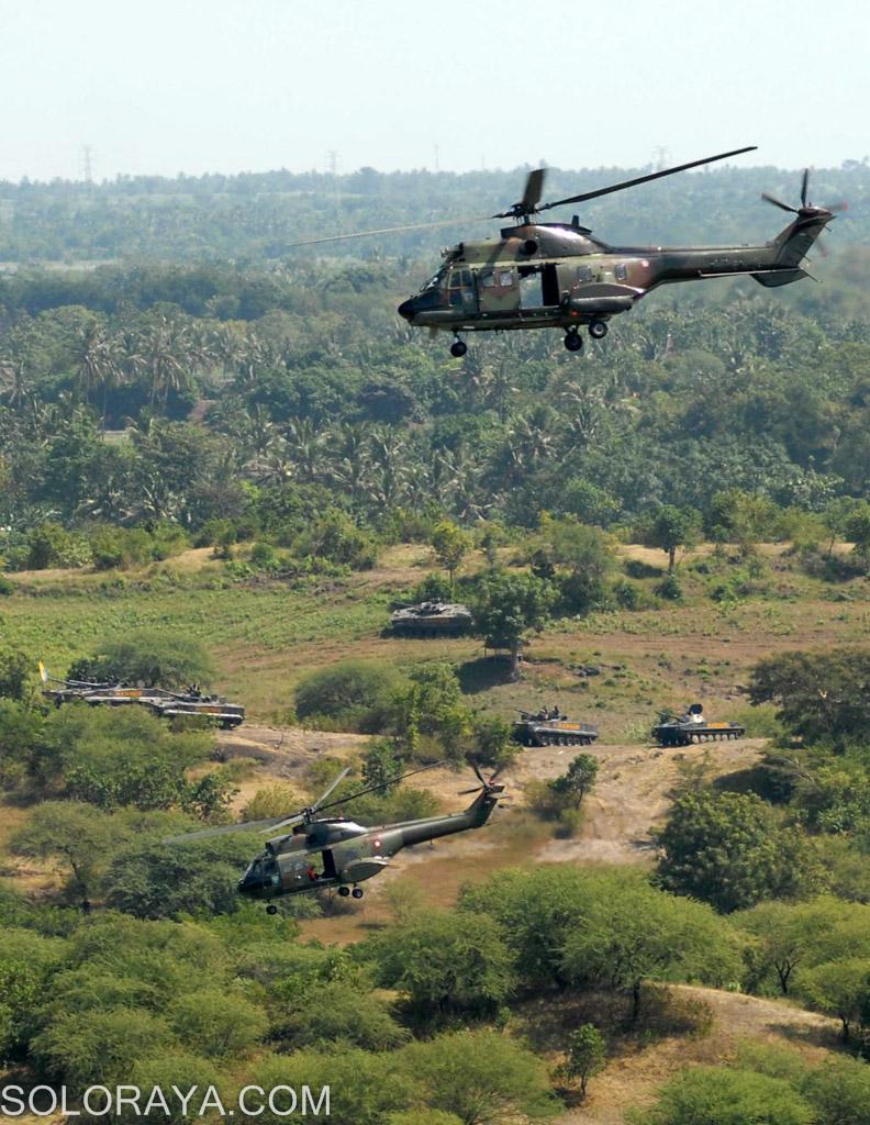 Dua helikopter  Super Puma milik Puspenerbad TNI AD, melakukan mobilisasi udara (mobud) penurunan pasukan saat terbang di atas Tank BTR 50P dan Tank PT 76 M milik Resimen Kavaleri Korps Marinir TNI AL, di Pusat Latihan Pertempuran (PLP) Marinir-5-Baluran, Asembagus, Situbondo, Jatim, Minggu (1/6). Mobilisasi udara tersebut dilakukan dalam gladi bersih untuk persiapan Latgab 2014 yang dilakukan oleh tiga matra TNI AD, AL dan AU. ANTARA FOTO/Adhitya Hendra/ss/nz/14.
