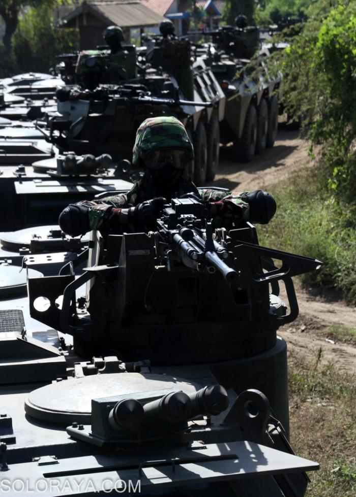 Sejumlah prajurit infanteri TNI AD bersiaga dalam Panser Anoa untuk melakukan skenario penyerbuan pertahanan musuh menggunakan panser di Pusat Latihan Tempur (Puslatpur) Marinir, Asembagus, Situbondo, Jatim, Minggu (1/6). Sebanyak 13 unit panser produksi dalam negeri yang tergabung dalam Kompi Mekanis itu digunakan dalam Latgab TNI 2014 untuk mendukung pasukan infanteri dalam penyerbuan ke perkubuan musuh. ANTARA FOTO/Joko Sulistyo/ss/nz/14
