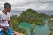 Warga menikmati keindahan alam di sekitar Fiainemo, Raja Ampat, Papua Barat, Sabtu (14/6). Keindahan alam baik permukaan dan bawah laut di lokasi itu mejadi tujuan wisata turis manca negara. ANTARA FOTO/Saptono/Spt/