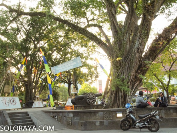 Warga menikmati rindangnya Taman Sriwedari (Zezen)