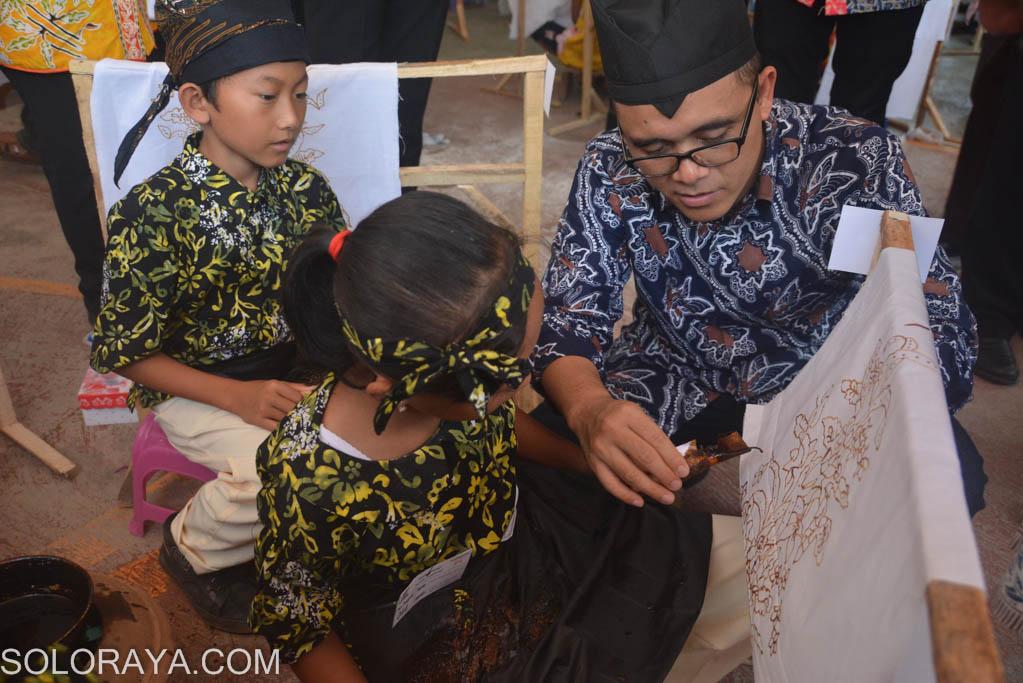 Azwar Anas (kanan) melihat hasil batik peserta dalam Banyuwangi Batik ...