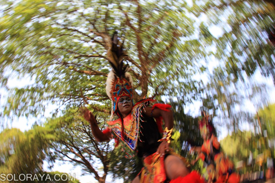 Penari Topeng Ireng dari Boyolali menampilkan Tari Dayakan Prajuritan saat acara Solo World Turism Day di Taman Balekambang, Solo, Jawa Tengah, Sabtu (27/9). Acara bertajuk Tourism and Community Development itu digelar untuk peringatan hari pariwisata sedunia 2014 (World Tourism Day) yang selalu di peringati oleh seluruh pelaku industri pariwisata di dunia yang di inisiasi oleh United National World Tourism Organization. ANTARA FOTO/Maulana Surya/Koz/pd/14.