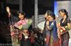 """Anne Avantie (kiri) didampingi ibunda Amie Indriati (kedua kanan) dan putrinya Intan (kanan) melambaikan tangan pada pergelaran """"Merenda Kasih"""" perjalanan 25 tahun berkarya di Plennary Hall, Jakarta Convention Centre, ,Jakarta, Rabu (3/9). ANTARA FOTO/Paramayuda/Spt/14"""
