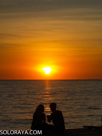 Romantisme sunset di Pantai Akkarena (Zezen)