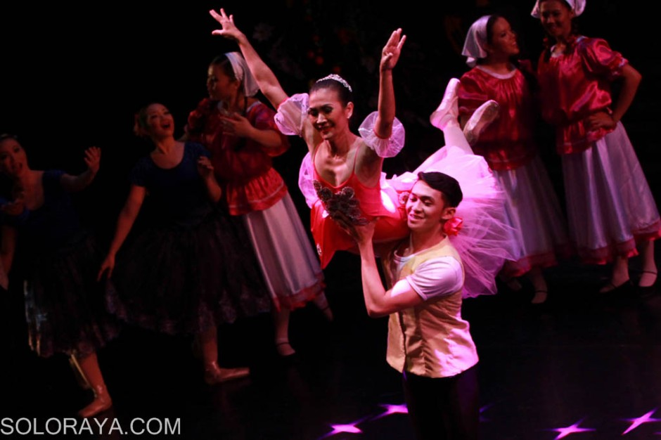Sejumlah penari balet dari Balletomane Jakarta mementaskan pertunjukan balet yang dikemas dengan lagu-lagu almarhum Chrisye dalam Seberkas Cahaya A Ballet Tribute To Chrisye di Gedung Kesenian Jakarta, Jakarta, Jumat (26/9). Pementasan balet persembahan bagi penyanyi legendaris tersebut menampilkan kolaborasi tarian balet dengan orkestra 15 lagu Chrisye yang diaransemen oleh musisi Tohpati di antaranya Merpati Putih, Lilin Lilin Kecil, Kala Cinta Menggoda, Kala Surya Tenggelam, Andai Aku Bisa. ANTARA FOTO/Teresia May/Koz/pd/14.