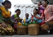 Peserta meracik jamu saat acara Solo Jamu Festival di Kawasan Stadion Manahan, Solo, Jawa Tengah, Minggu (31/8). Festival yang menampilkan sebanyak 13 produk jamu tradisional dan 11 produk jamu modern tersebut untuk memperkenalkan dan membudayakan meminum jamu di kalangan masyarakat. ANTARA FOTO/Maulana Surya/ed/mes/14.