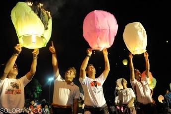 """Relawan Jokowi Bali melepaskan lampion ke udara saat turut merayakan pelantikan Presiden Joko Widodo di Lapangan Puputan Badung, Denpasar, Bali, Senin (20/10). Para relawan yang menamakan diri """"Semeton Jokowi"""" bersama warga Denpasar melepaskan sekitar 500 lampion sebagai tanda harapan baru dari Bali kepada Presiden Joko Widodo dan Wakil Presiden Jusuf Kalla. ANTARA FOTO/Nyoman Budhiana/ss/pd/14."""
