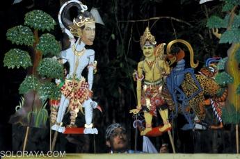 """Dalang Ki Sih Agung mementaskan pagelaran wayang kulit dengan tokoh Hanoman Jokowi dan Suganjar Supranowo berjudul Hanoman Duta pada pagelaran seni bertajuk """"Pentas Putih-Putih"""" oleh seniman Komunitas Lima Gunung di Taman Metamorfosa Studio Mendut, Mungkid, Magelang, Jateng, Senin (27/10) malam. Pentas berbagai kesenian tradisonal, kontemporer dan moderen oleh ratusan seniman dari berbagai daerah tersebut sebagai bentuk apresiasi seniman Komunitas Lima Gunung dalam memperingati Hari Sumpah Pemuda. ANTARA FOTO/Anis Efizudin/Rei/Spt/14."""