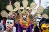 Sejumlah siswa mengenakan topeng panji berbagai karakter karya mereka sendiri saat mengikuti Kirab 1001 Topeng Panji di Kota Kediri, Jawa Timur, Kamis (27/11).
