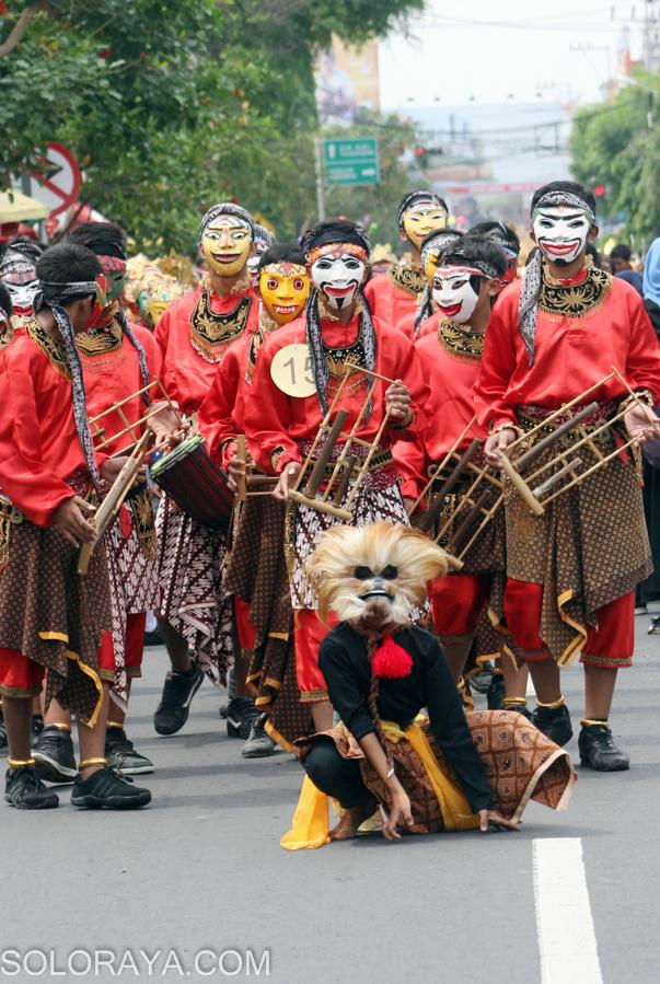 Sejumlah siswa mengenakan topeng panji berbagai karakter karya mereka sendiri saat mengikuti Kirab 1001 Topeng Panji di Kota Kediri, Jawa Timur, Kamis (27/11). Kirab Topeng panji tersebut di ikuti ribuan siswa Sekolah Menengah Pertama (SMP) dan Sekolah Menengah Atas (SMA) se wilayah Kota Kediri dengan mengelilingi jalan-jalan protokol Kota Kediri. ANTARA FOTO/Rudi Mulya/Rei/pd/14.