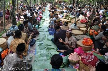 Sejumlah warga berdoa bersama di makam desa saat mengikuti tradisi Nyadran Ngropoh di Desa Ngropoh, Kranggan, Temanggung, Jumat (28/11). Tradisi Nyadran yang rutin dilaksanakan masyarakat setempat pada setiap bulan Sapar penanggalan Jawa itu untuk mendoakan arwah leluhur sekaligus sebagai ungkapan rasa sukur kepada Tuhan YME dengan membagikan makanan kepada warga kurang mampu. ANTARA FOTO/Anis Efizudin/Koz/Spt/14.