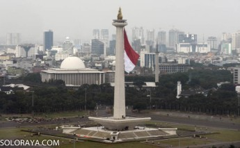 Bendera Merah Putih raksasa berkibar di tugu Monas, Jakarta Pusat, Kamis (27/11). Pengibaran bendera merah putih raksasa ini dalam rangka gladi kotor acara Bela Negara oleh Kementerian Pertahanan yang akan dilaksanakan pada tanggal 19 Desember 2014. ANTARA FOTO/Fanny Octavianus/