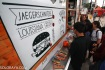 Pengunjung antre membeli makanan di Food Truck di salah satu pusat perbelanjaan di Summarecon Serpong, Tangerang, Banten, Jumat (5/12). Food Truck Festival merupakan festival kuliner dengan konsep menjual makanan di atas truk untuk menciptakan nuansa Food Truck layaknya festival di luar negeri. ANTARA FOTO/Rivan Awal Lingga/ed/ama/14