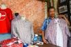 Suparto menunjukkan baju kotak-kotak Jokowi