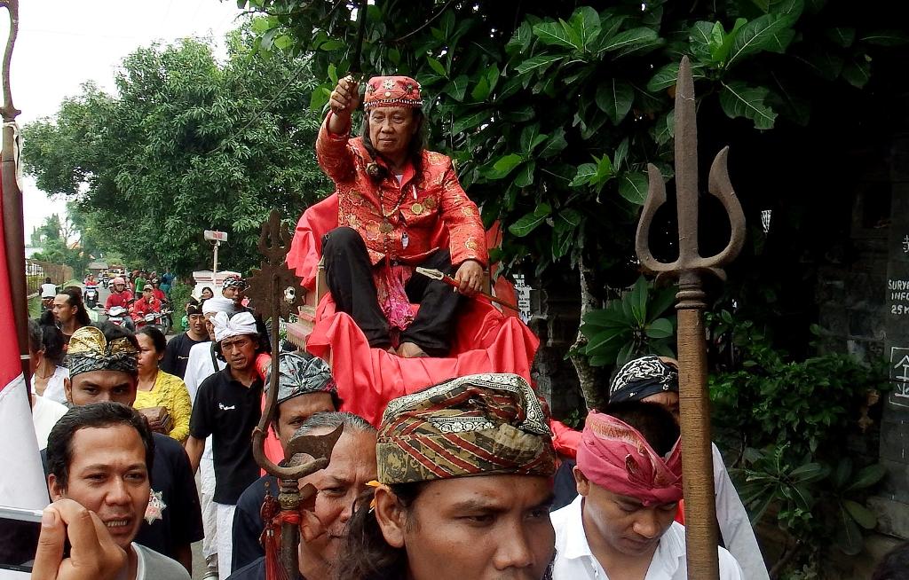 Hyang Bhatoro Agung Suryo Wilatikto (Brahmaraja Majapahit XI) diarak bersama senjata pusaka sebelum Ruwat Bumi Negari Majapahit di Puri Surya Majapahit Trowulan, Mojokerto, Jawa Timur, Sabtu (14/3). Ruwat Bumi Negari Majapahit untuk pertama kalinya sejak 500 tahun lalu itu dilaksanakan oleh 108 pedeta keturunan Majapahit untuk mendoakan ketenteraman serta keutuhan NKRI seperti Majapahit yang mampu mempersatukan segala suku bangsa. ANTARA FOTO/Syaiful Arif