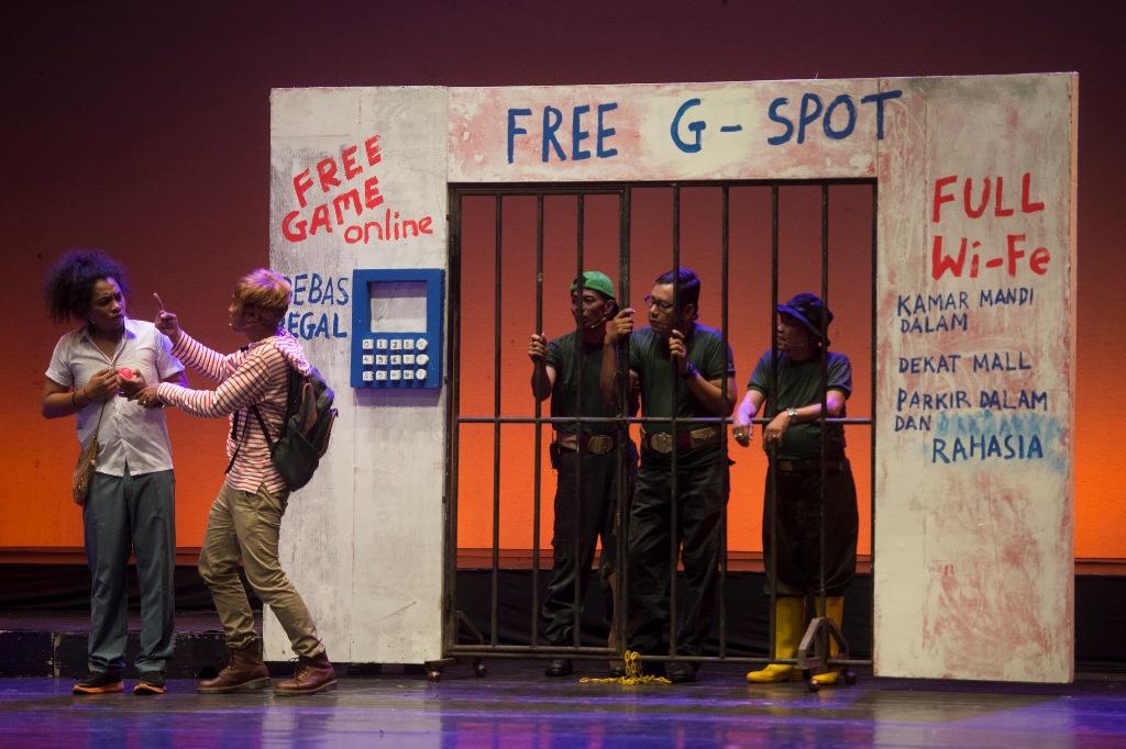 Sejumlah aktor beraksi dalam pertunjukan Tabib dari Timur di Graha Bhakti Budaya, TIM, Jakarta, Rabu (18/3). Pertunjukan yang disutradarai oleh Agus Noor mengisahkan harapan rakyat akan pemimpin yang bisa membawa kemakmuran dengan latar tempat Papua dan Jakarta. ANTARAFOTO/Rosa Panggabean