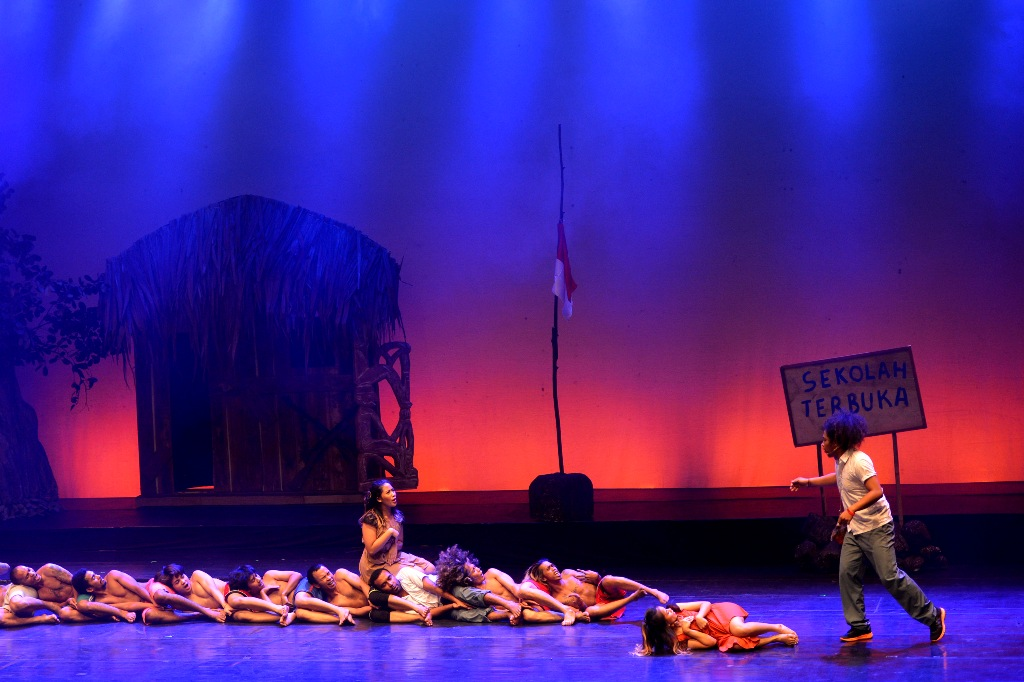 Sejumlah penari beraksi dalam pertunjukan Tabib dari Timur di Graha Bhakti Budaya, TIM, Jakarta, Rabu (18/3). Pertunjukan yang disutradarai oleh Agus Noor mengisahkan harapan rakyat akan pemimpin yang bisa membawa kemakmuran dengan latar tempat Papua dan Jakarta. ANTARAFOTO/Rosa Panggabean