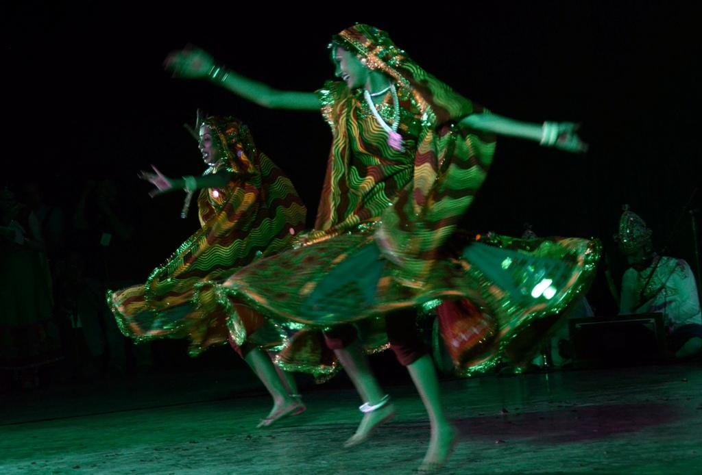 Kelompok tari dari Shri Patel Raas Mandali - Lok Kala Trust, Lalitpur mempertunjukkan tarian rakyat Gujarati Garba dalam Festival of India In Indonesia di Kampus Universitas Hasanuddin, Makassar, Sulawesi Selatan, Kamis (12/2) malam. Festival bertajuk Sahabat India tersebut merupakan atribut persembahan India dalam rangka memperkuat kemitraan India dan Indonesia di bidang seni dan budaya. ANTARA FOTO/Dewi Fajriani