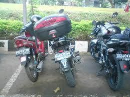 ilustrasi memarkir motor dengan standar miring