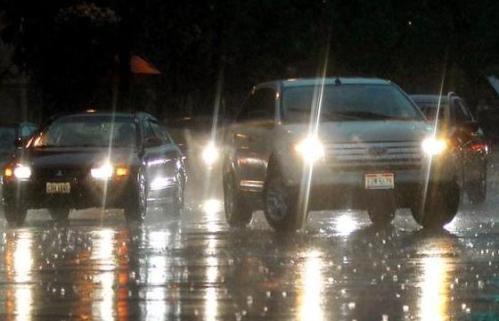 mobil di lokasi hujan