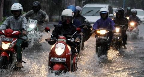 bermotor saat musim hujan