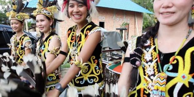 ARSIP KOMPAS TV Dayu Hatmanti ikut bermain air dalam acara Belimbur pada Festival Erau di Kabupaten Kutai Kartanegara, Kalimantan Timur.