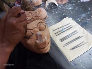 TATAH: Menatah atau menyungging merupakan salah satu dari proses pembuatan topeng. Tahap pertama adalah memilih kayu, membentuk topeng, menatah, dan kemudian mewarnai.(Ganug Nugroho Adi)