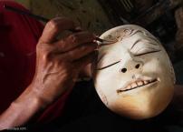 TATAH: Menatah atau menyungging merupakan salah satu dari proses pembuatan topeng. Tahap pertama adalah memilih kayu, membentuk topeng, dan kemudian menatahnya.(Ganug Nugroho Adi)