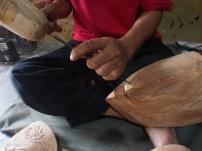 BENTUK TOPENG: Membentuk topeng dari kayu utuh merupakan salah satu dari proses pembuatan topeng. (Ganug Nugroho Adi)