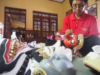 MENJAGA BUDAYA: Narimo, 54, mengerjakan pembuatan topeng di teras dan bagian belakang rumahnya di Desa Jetis, Kecamatan Polokarto, Sukoharjo, Jawa Tengah. Bukan sekadar bisnis, bagi Narimo membuat topeng sekaligus juga memelihara seni dan budaya.(Ganug Nugroho Adi)